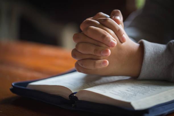 關閉婦女的手祈禱與聖經, 女人祈禱上帝的祝福, 希望有一個更好的生活。基督徒生活危機向上帝祈禱。 - prayer 個照片及圖片檔