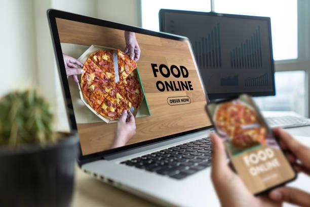 närbild kvinna beställa mat online via internet konceptet beställa mat - on demand bildbanksfoton och bilder