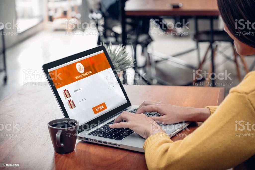 Tiendas De Ordenadores Online.Mujer Sentada De Cerca Y Tiendas Online En El Ordenador