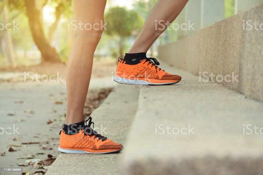 Cerrar las piernas de las mujeres subiendo paso para el deporte, saludable, concepto. - Foto de stock de Adulto libre de derechos