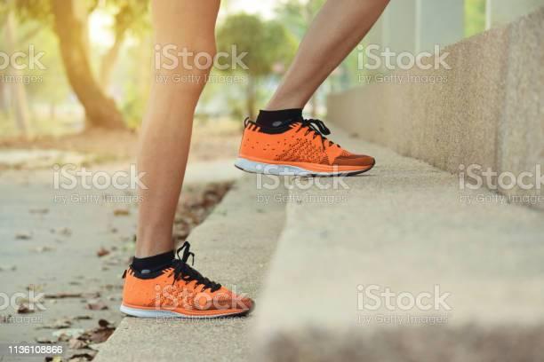 Cerrar Las Piernas De Las Mujeres Subiendo Paso Para El Deporte Saludable Concepto Foto de stock y más banco de imágenes de Adulto