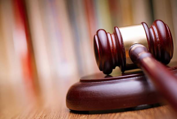close up wooden law gavel on the table - exploitatie stockfoto's en -beelden
