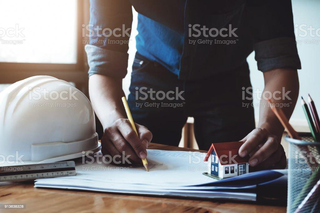 ed48dddac Cerca Mano Joven Ingeniero Lápiz Amarillo Y Papeles Planos Con Casa ...