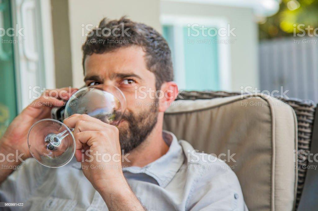 Junger Mann am Telefon, trinken Sie eine Tasse Weißwein hautnah - Lizenzfrei Beschaulichkeit Stock-Foto