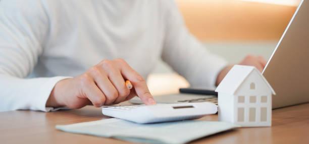 schließen junge mann hand drücken auf rechner zu überprüfen und zusammenfassende ausgaben von hauskredit hypothek für refinanzierungsplan, menschen lifestyle-konzept - eigenheim stock-fotos und bilder