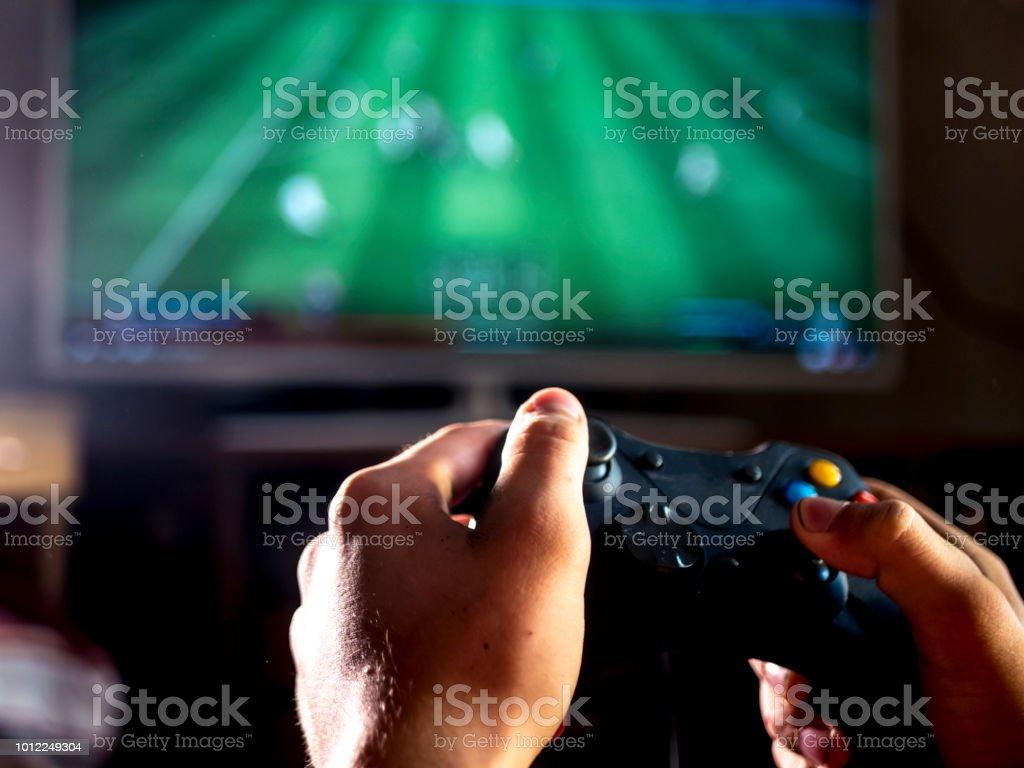 gros plan de jeune homme avec levier de commande pour console de jeu vidéo jeu de simulation de sport sur grand écran photo libre de droits