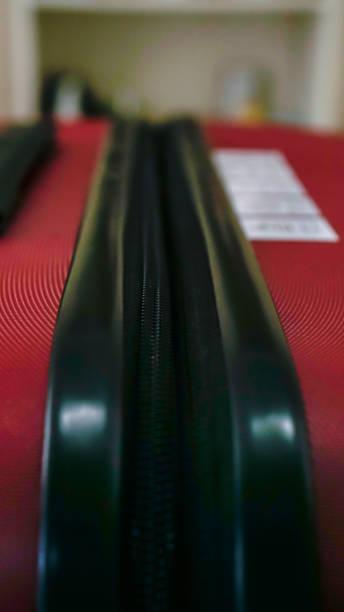 close up reißverschluss auf suitecase - trolley kaufen stock-fotos und bilder