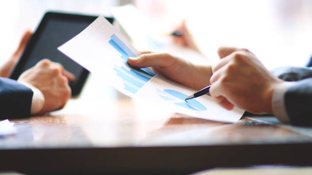 schließen sie up.businessman und assistent überprüfung finanzbericht - bericht stock-fotos und bilder