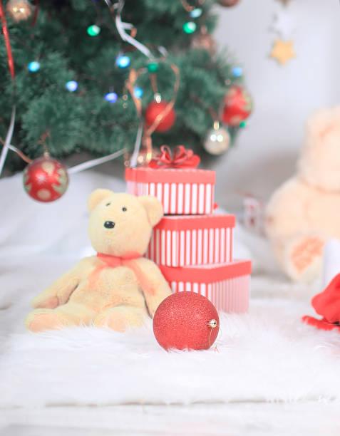 Close up.gift Box und Kuscheltier unter dem Weihnachtsbaum. – Foto
