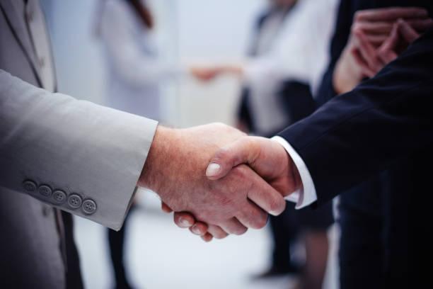 Close up.starker Handschlag von Geschäftsleuten im Büro. – Foto