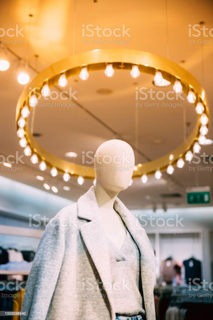 ff957df1de Vista cercana del maniquí vestido con Ropa Casual de mujer mujer en tienda  de centro comercial