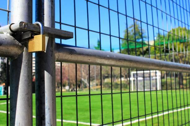 Fermé 5 x 5 stade de terrain de football en raison de confinement du coronavirus. - Photo