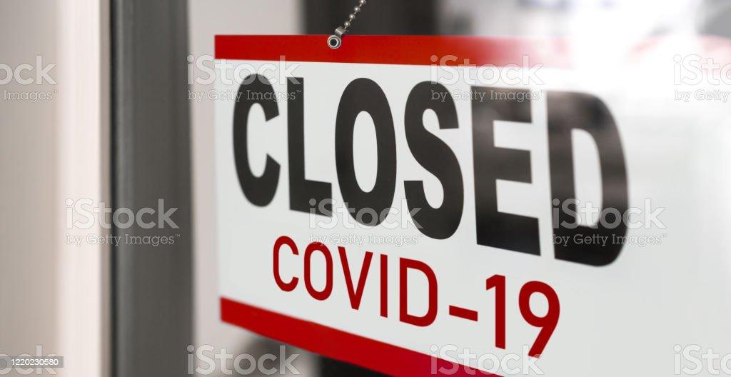 COVID-19 전염병 발병, 소매점 창 배너 배경에 폐쇄 사인. 음식점, 상점, 비필수 서비스 정부의 폐쇄 - 로열티 프리 COVID-19 스톡 사진