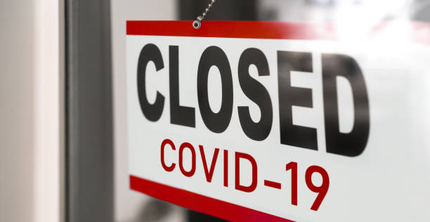closed businesses for covid-19 pandemic outbreak, closure sign on retail store window banner background. government shutdown of restaurants, shopping stores, non essential services - quarantena foto e immagini stock