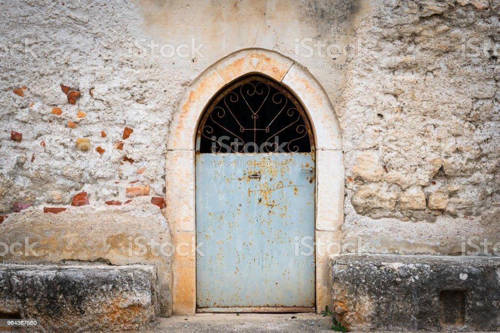 Porta fechada de uma antiga capela na Croácia - Foto de stock de Aldeia royalty-free