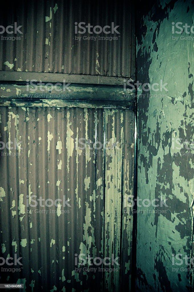 Puertas cerradas de un ascensor de carga - foto de stock