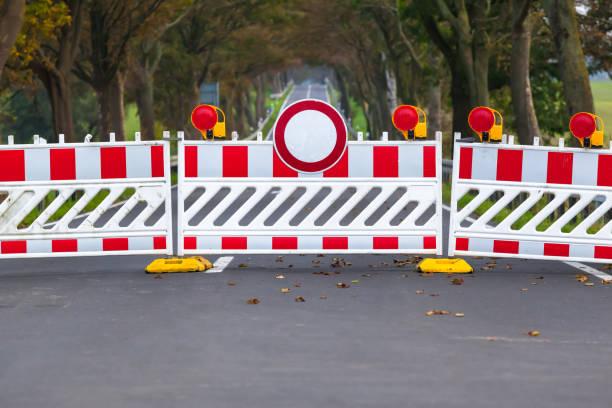 Cerrado camino prohibido - foto de stock