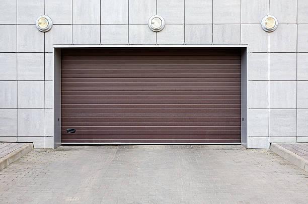 garage gate geschlossen - garagentor mit tür stock-fotos und bilder