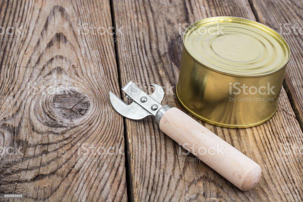 Metal cerrado con pescado o carne en conserva - foto de stock