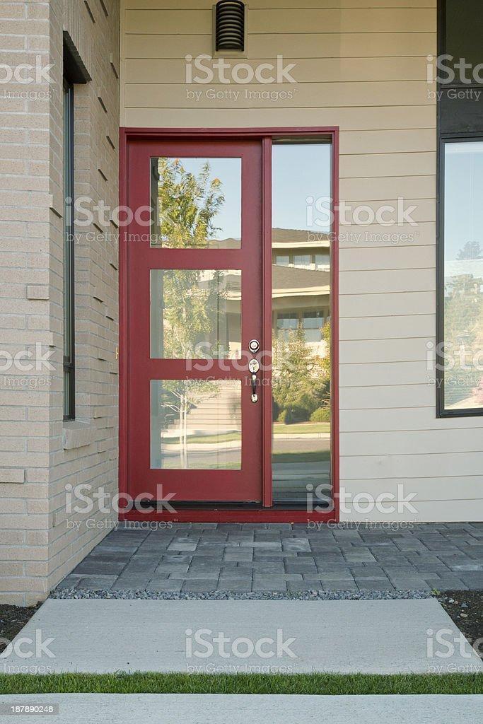 Wegen des modernen roten Tür, zu Hause zu sein – Foto