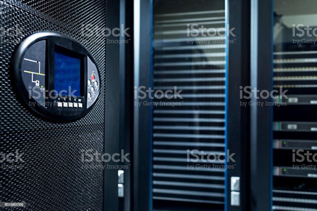 Geschlossenen Serverschränken mit einem elektronischen Sensor an der Tür. – Foto