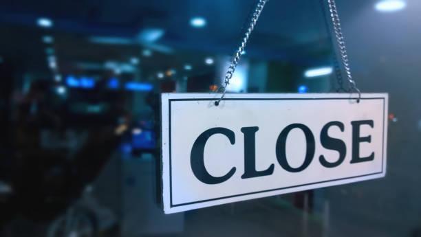 gesloten teken boord opknoping buiten de winkel - raam bezoek stockfoto's en -beelden