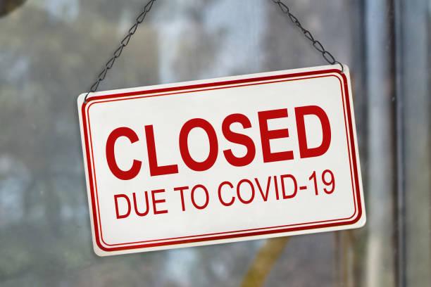 Geschlossenes Schild aufgrund von Covid-19, Coronavirus Ausbruch Sperrung, am Fenster eines Shops. Konzept der Wirtschaftskrise – Foto