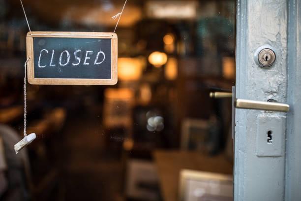 gesloten - teken dat op glasdeur hangt - dicht stockfoto's en -beelden