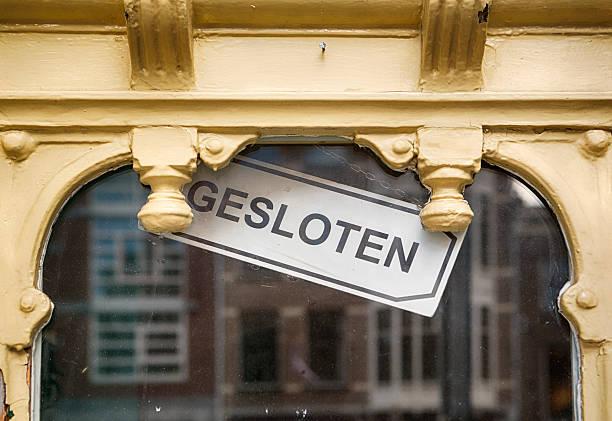closed sign in dutch - mittagspause schild stock-fotos und bilder
