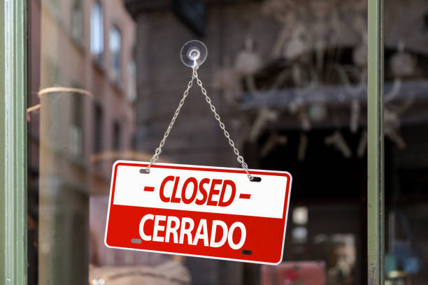 Closed sign in English & Spanish stock photo