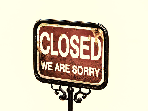 istock closed sign 525125155