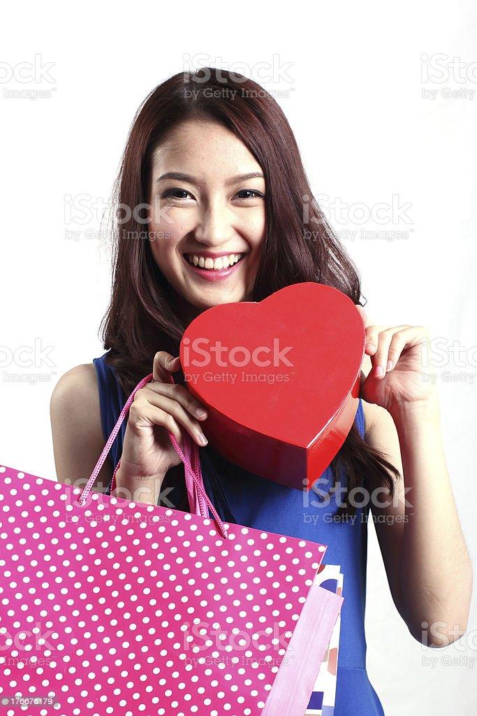Cerrado de mujer asiática una caja de transporte de chocolate foto de stock libre de derechos