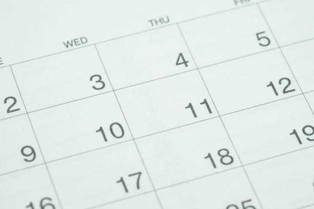 geschlossen bis der tag nummer sauberen weißen desktop-kalender als business-termin, zeit vergeht, jahresplanung, veranstaltung oder einen termin - donnerstagnachmittag stock-fotos und bilder