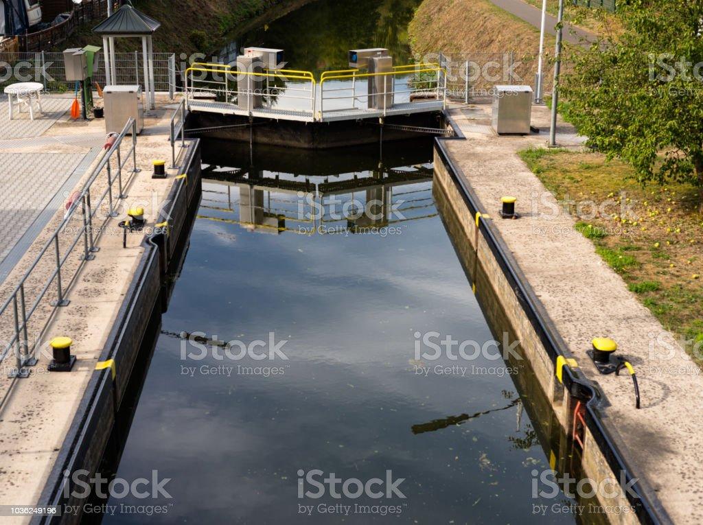 Einen geschlossenen Wasserkreislauf Sperre für einen schmalen Kanal in den Wäldern. – Foto
