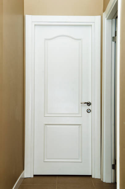 geschlossene weiße innenfarbe tür in wohngebäude - stockwerke des waldes stock-fotos und bilder