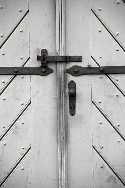 weiße holz gate geschlossen - beschläge türen stock-fotos und bilder