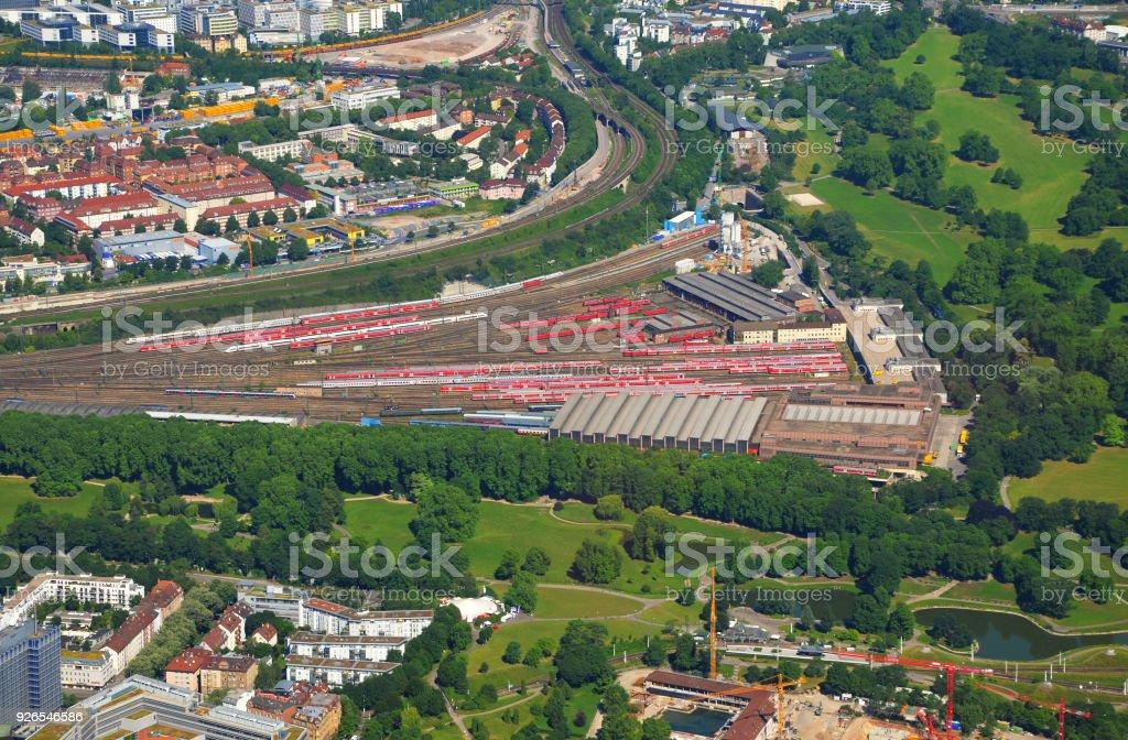 Näher Luftbild von davor - tBad Cannstatt Bereich mit Hauptpbahnhof (Bahnhof) und Rosensteinpark, Süddeutschland an einem sonnigen Sommertag – Foto