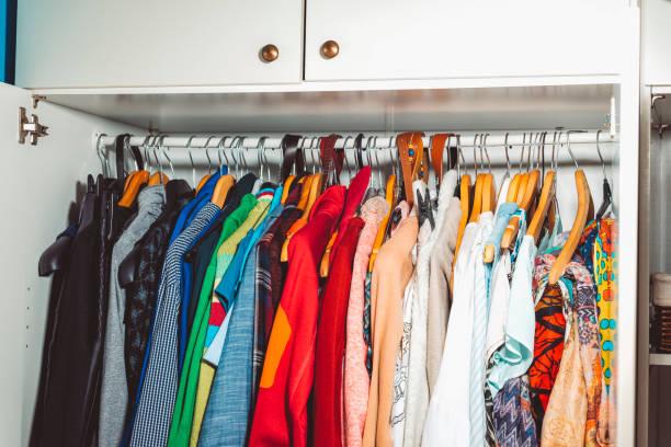 schrank-inhalte - bügelsysteme stock-fotos und bilder