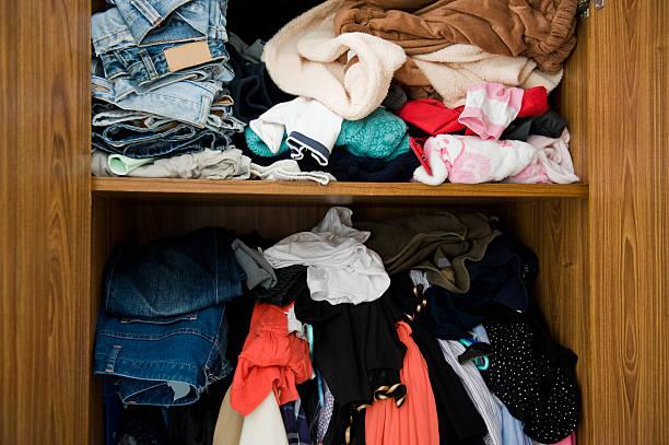 Kleiderschrank mit Kleidungsstücken – Foto