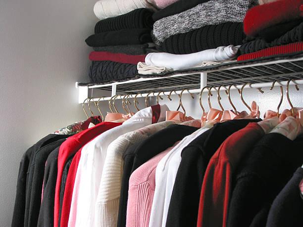 kleiderschrank mit kleidungsstücken - bügelsysteme stock-fotos und bilder
