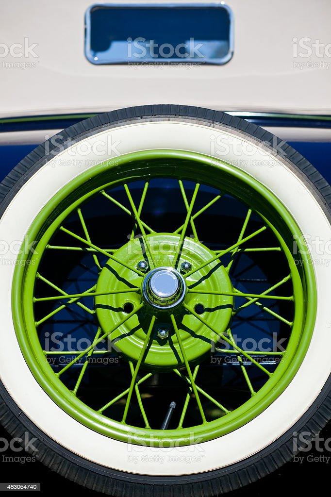 Close-Up da década de Carro Vintage Vista traseira pneu sobressalente verde Rim - foto de acervo