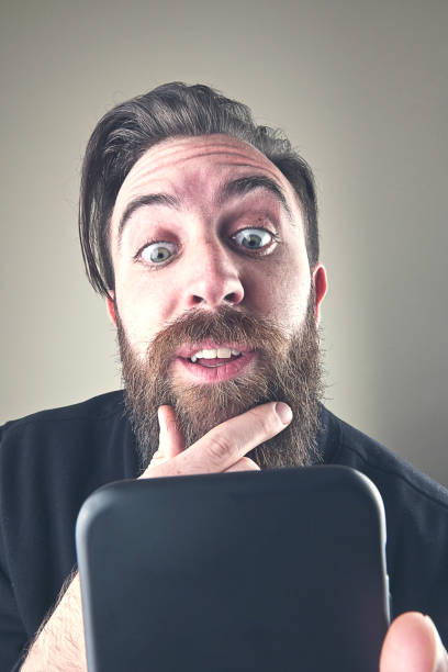 Close-up amazed man on the phone - foto stock