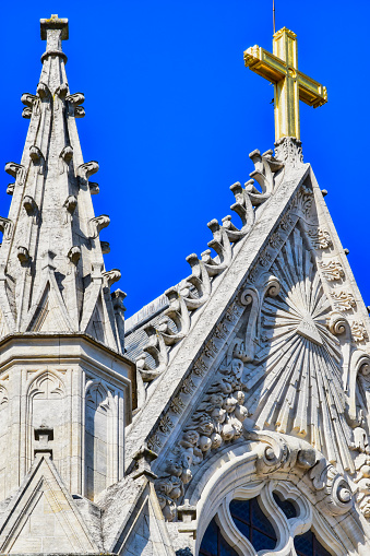 Primer plano y detalle de cruz dorada y aguja de arquitectura gótica de la catedral de Orleans, Francia