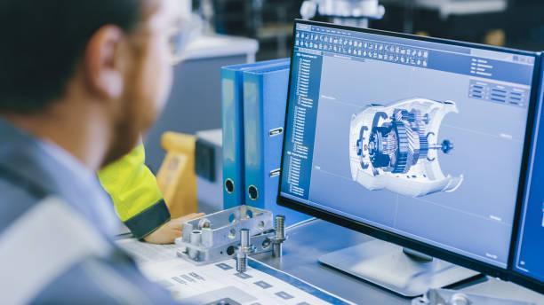 vista posterior de primer plano del ingeniero mecánico que diseña el modelo del motor 3d en el ordenador personal. profesional trabajando en la fábrica. - ingeniero fotografías e imágenes de stock