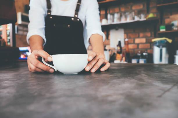 Closeup Barista Hand hält eine Tasse Kaffee. – Foto