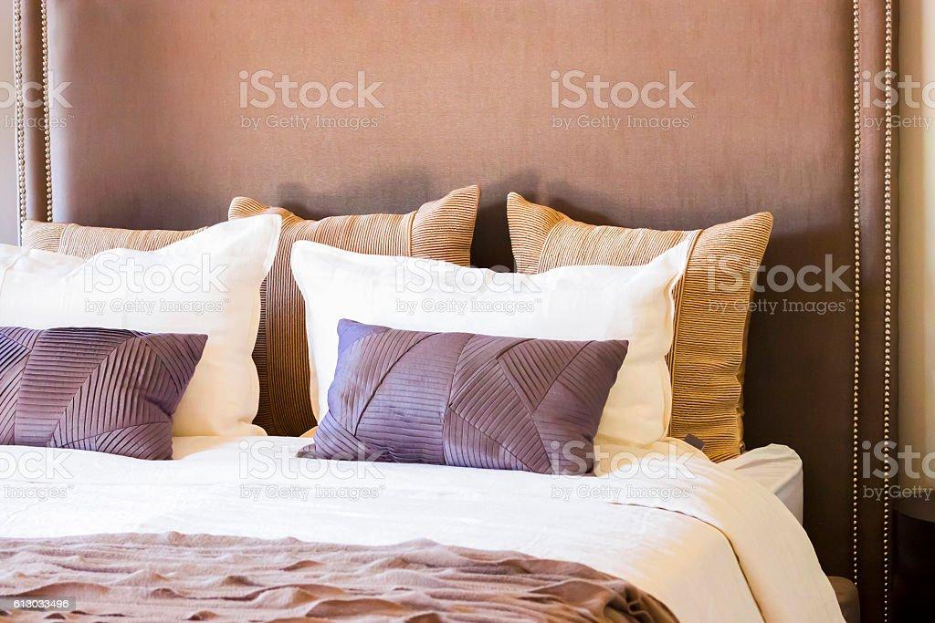 Primo piano del bellissimo letto con cuscini in camera da letto, con spazio di copia conteporary - foto stock