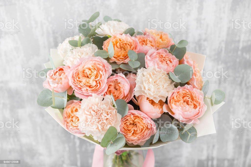 Close-up schönen Blumenstrauß. Frühling Blumen auf grauem Hintergrund. Blumenladen. Tisch aus Holz – Foto
