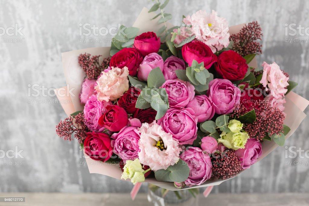Gros plan beau Bouquet. Fleurs de printemps sur fond gris. magasin de fleurs. Table en bois - Photo