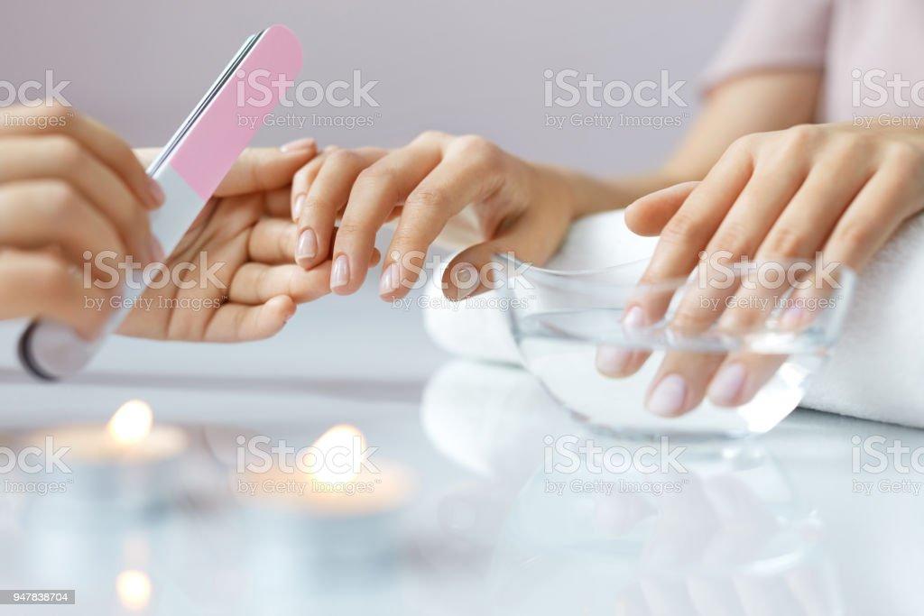 Closeup Hermosa Mujer Manos Tener Spa Manicura Limar Uñas