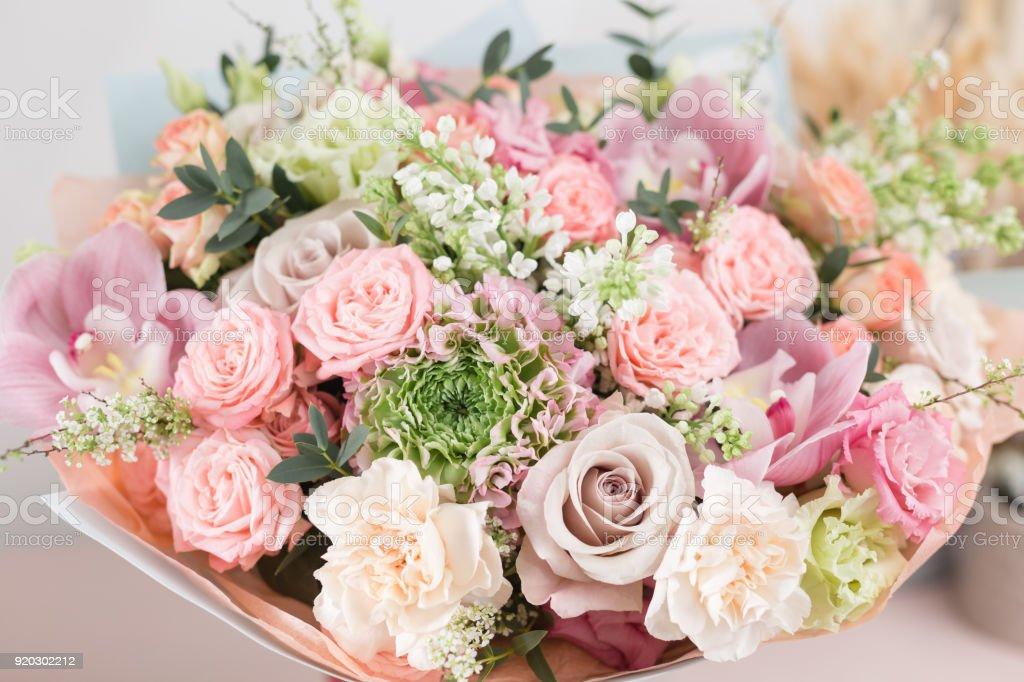 Bouquet De Luxe Beau Gros Plan De Fleurs Mixtes Sur Table En Bois Le